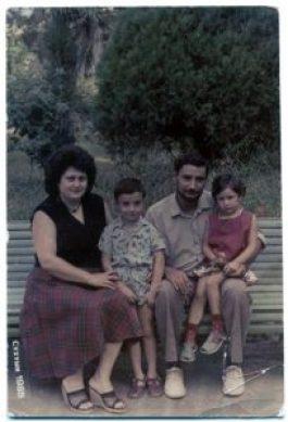 הוריי, אחותי ואני, 1985, חמש שנים לפני העליה לארץ