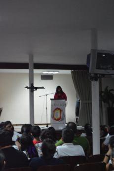 La directora, Rocío Mota en un discurso para felicitar a los compañeros de 2do semestre
