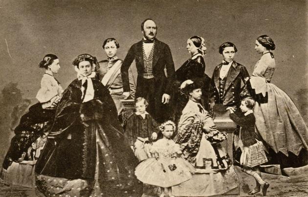 O casal real e seus nove filhos. À direita da rainha Vitória está o herdeiro do trono e futuro Edward VII