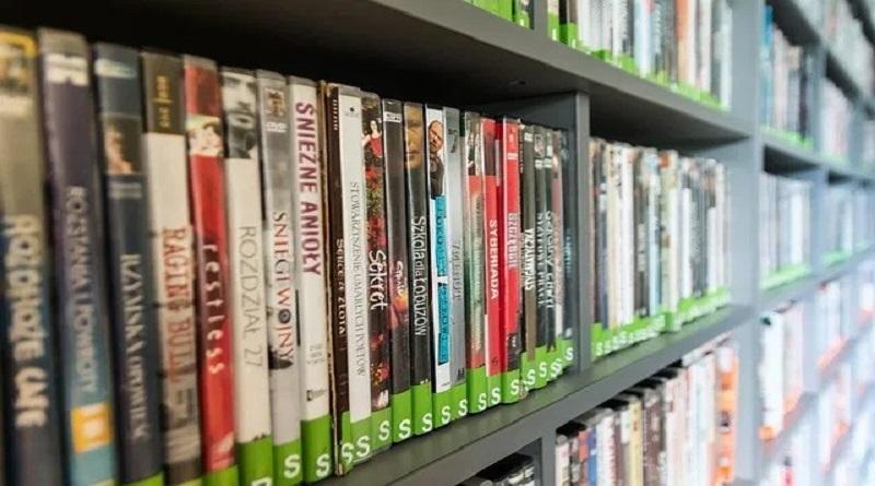 Filmes em DVD numa prateleira