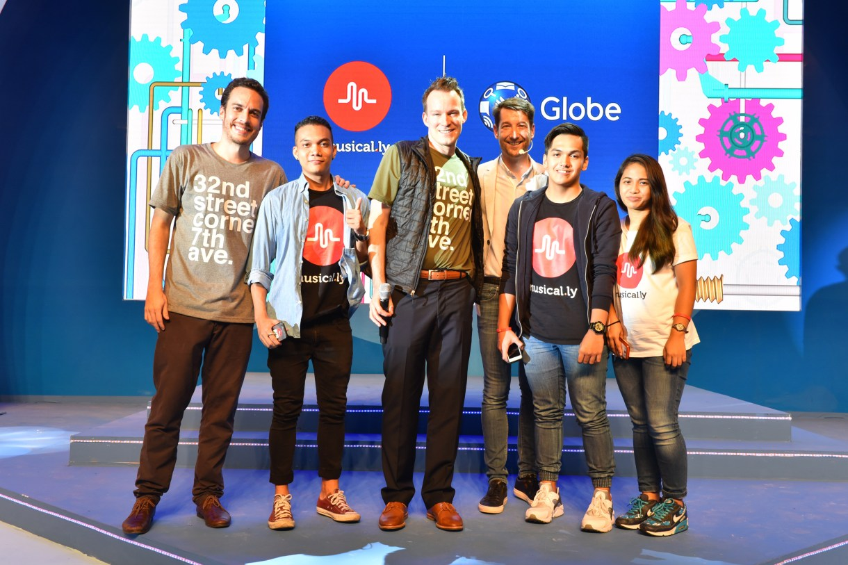 1-Top Musical.ly PH musers are joined by (leftmost) Musical.ly Asia Marketing Manager Mauricio Lievana, (middle) Musical.ly US President Alex Hoffman and Globe Senior Advisor for Consumer Business Dan Horan
