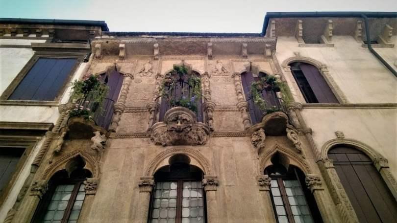 particolare della facciata di Casa Pigafetta - balconi