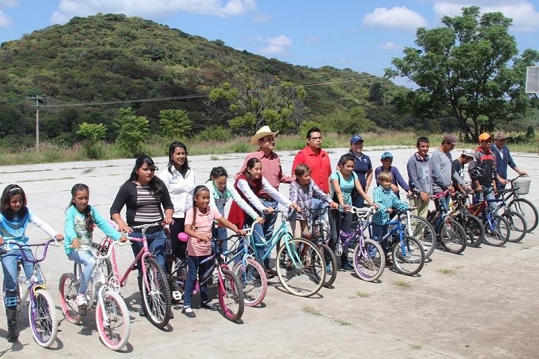 Les dan bicicletas a niños para que sigan estudiando; en Manuel Doblado