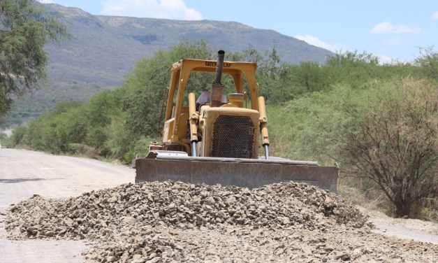 Rehabilitan caminos para transporte de cosecha en Manuel Doblado