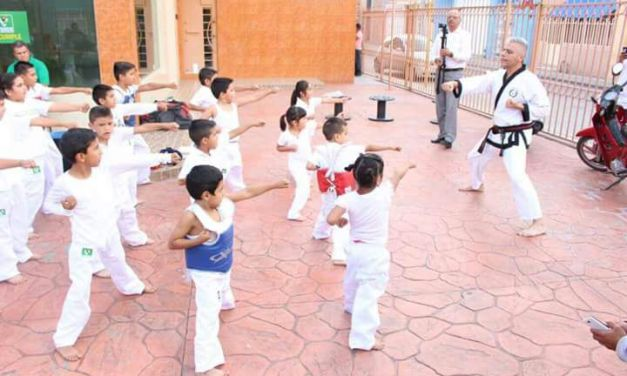 Entrega diputada uniformes a pequeños practicantes de Tae Kwon Do