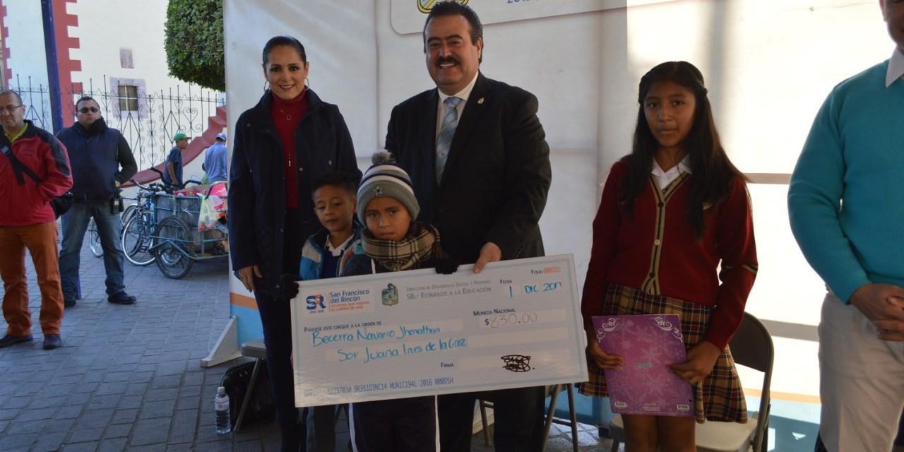 Entregan más de 500 becas a estudiantes de San Francisco del Rincón