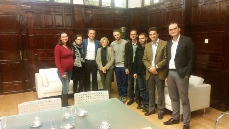 Los responsables de Ibosa y cooperativistas, con la alcaldesa de Madrid.