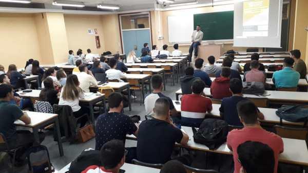 En clase con los alumnos de ADE de la UPV de Alcoi