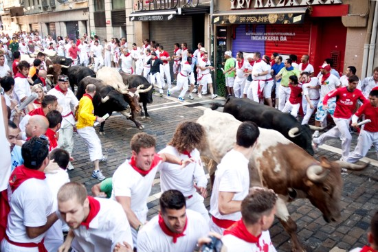 Årets tjurrusning i Pamplona Copyright: Mmeeds/Dreamstime.com