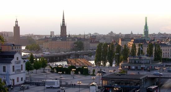 En äldre kvinna misstänks ha blivit mördad sen hon hittades död på marken efter att ha fallit från fjärde våningen i ett bostadshus på Söder i Stockholm. Bild: Wikimedia Commons