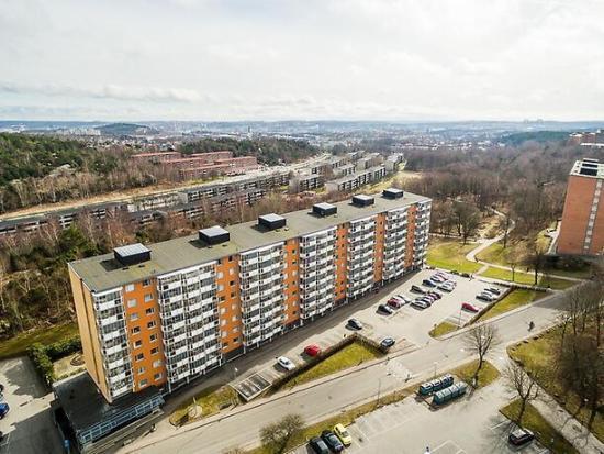 Det var här i Biskopsgården på Hisingen som någon sköt många skott rakt in i en lägenhet för att tysta ett vittne. Bild: bostader.mitula.se