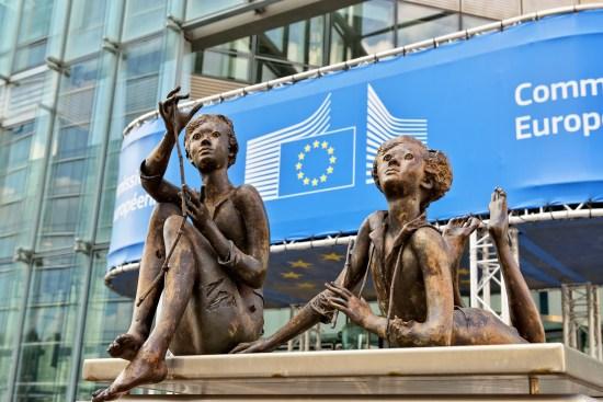 Fredsstatyer utanför EU-byggnad i Bryssel Copyright: Tacna/Dreamstime.com