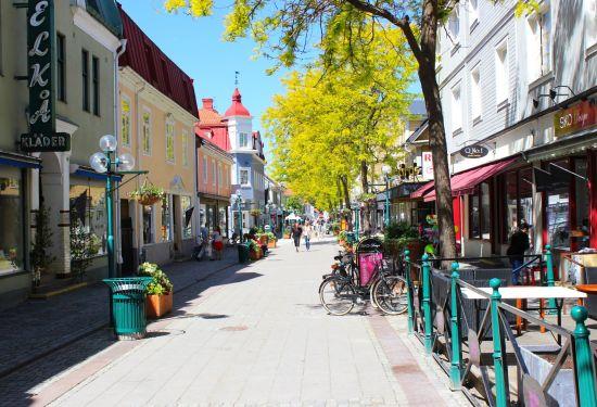 Det var här på Nygatan i centrala Ronneby som ett 20-tal personer deltog i ett slagmål, där två misshandlade fördes till sjukhus. Bild: mapio.net