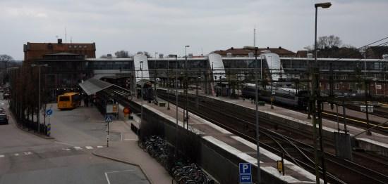 Det var här vid Hässleholms järnvägsstation som en man, en misstänkt uteliggare, mördades brutalt. Foto: Commons.wikimedia.org