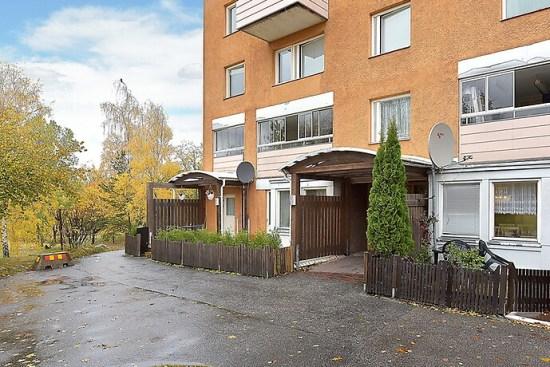 Här på Granövägen i Södertälje blev en man svårt knivskuren i benet. Foto: hemnet.se