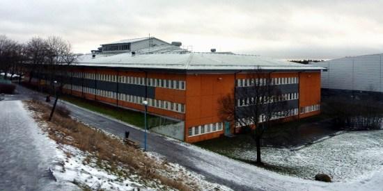 Tre personer blir grovt misshandlade utanför Rinkebyskolan. Där utsätts också polisen för stenkastning. Bild: dominik.net