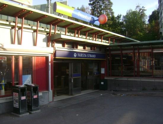 En man blev oprovocerat knivskuren av sju maskerade män på en tunnelbanevagn vid Farsta Strand i södra Stockholm. Bild: mapio.net
