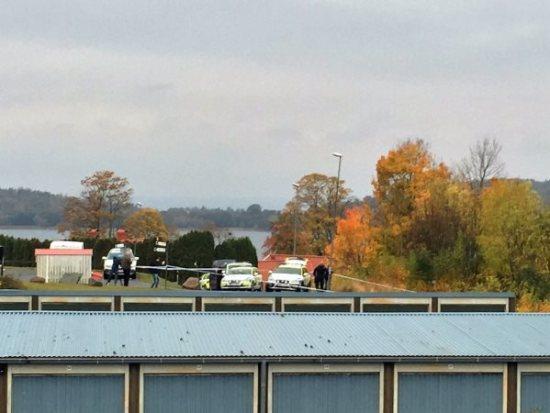 Polis på plats på den misstänkta mordplatsen i Kaxholmen. Bild: jmini.se