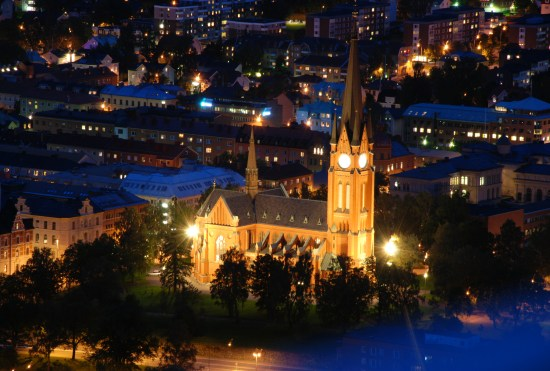 En man misshandlas av två okända gärningsmän i Sundsvalls centrum vid 23-tiden på kvällen. Bild: Svenska Kyrkan