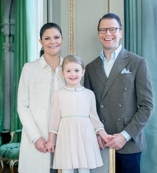 Kronprinsessan Victoria, prins Daniel och prinsessan Estelle.Foto: Hovet