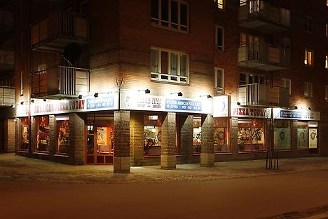 En man som utsatts för grov misshandel påträffas utanför restaurangen American Pizza på Alva Myrdals gata i Eskilstuna sent på natten. Bild: affarsliv.biz