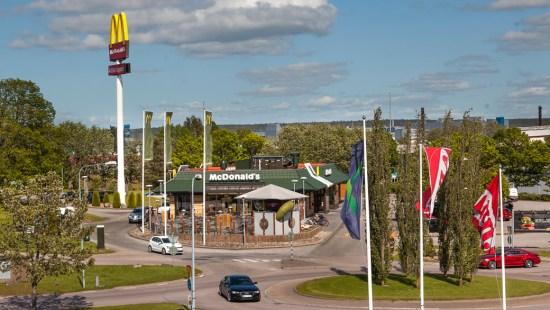 En man misshandade personalen vid McDonalds restaurang på Överby köpcentrum utanför Trollhättan. Bild: overbykopcentrum.se