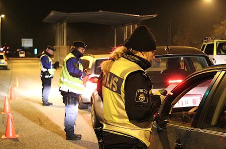 Vid en nattlig poliskontroll på E4:an i Östergötland grips den 25-årige gärningsmannen. Foto: polisen.se