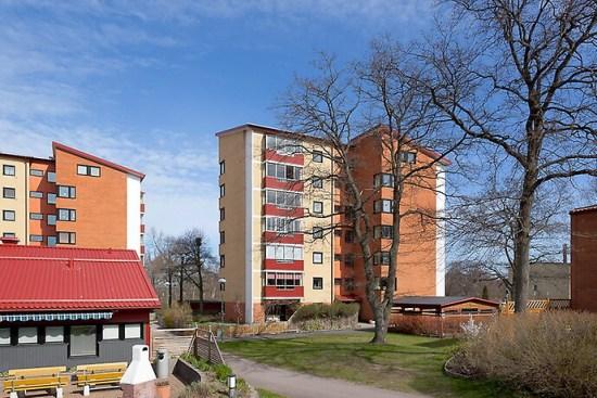 Det var här på Klunkens backe i Berga utanför Kalmar som en 17-årig pojke blev mycket allvarligt misshandlad med svåra skallskador som följd. Bild: hemnet.se