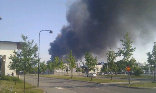 Två lastbilar brändes upp i samband med en anlagd brand här på Lunda industriområde i norra Stockholm. Bild: McdZ.net