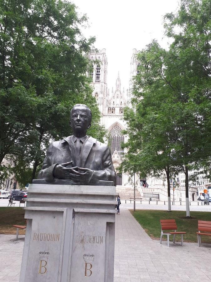 standbeeld bij St-Michiels en St-Goedelekathedraal