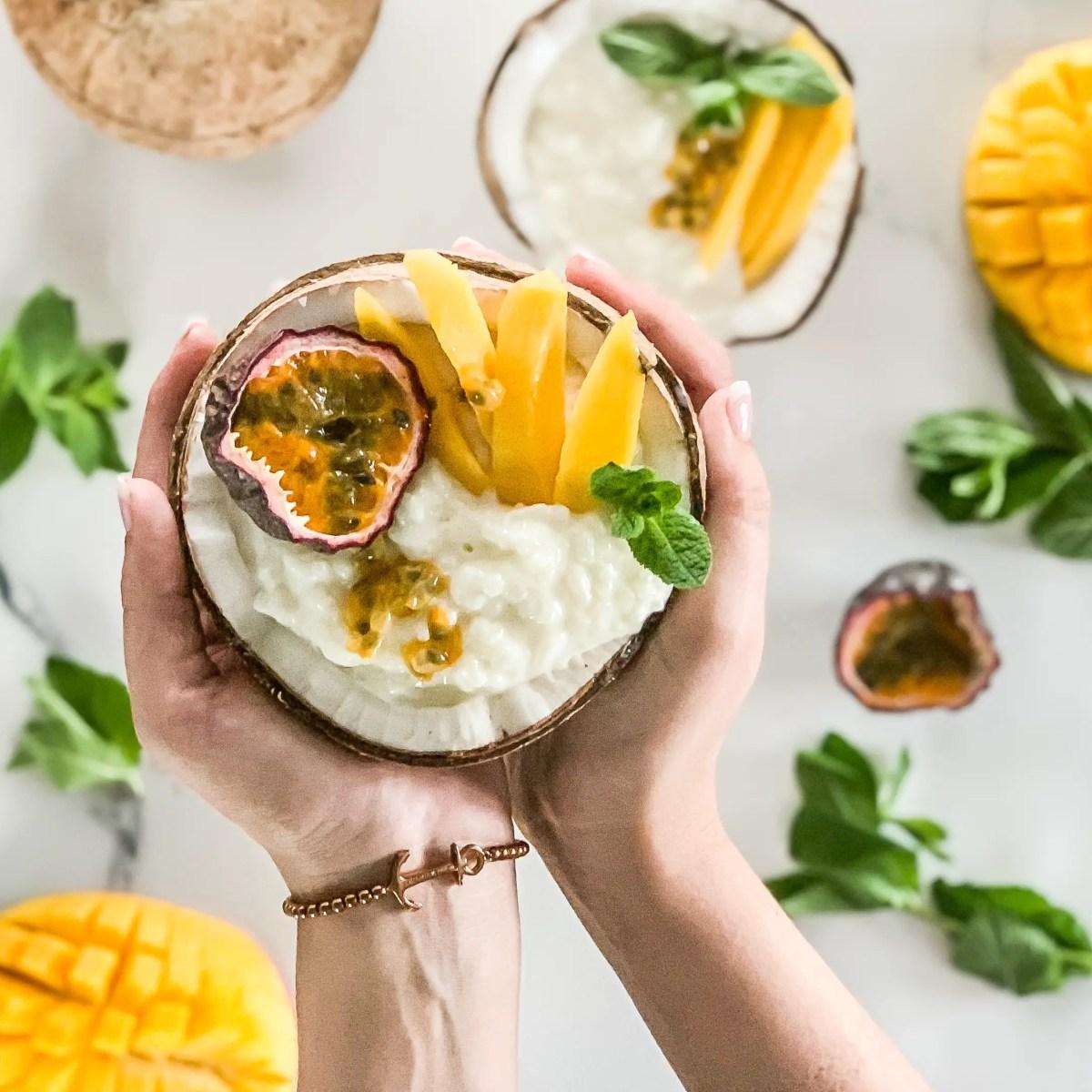 Kokos-Milchreis mit Passionsfrucht und Mango