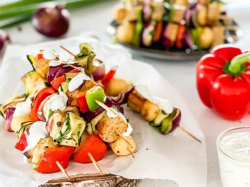 BBQ-Gemüsespieße mit Grillkäse und Kartoffeln