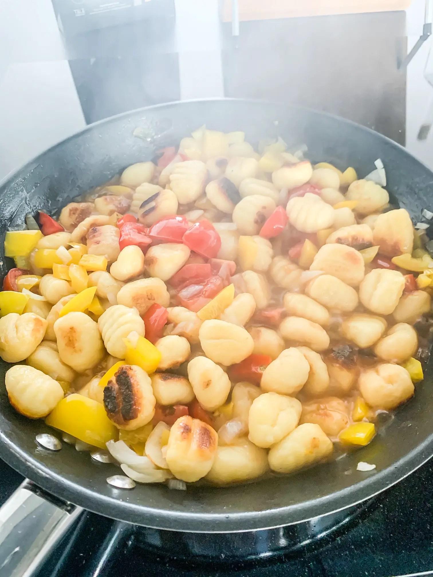 Gnocchi mit Gemüse anbraten