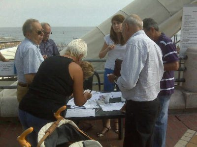 Genova - Raccolta firme contro le Strisce Blu (Io sono vestita da striscia blu!) - 2009
