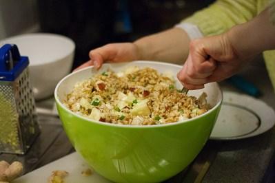 Bulgur is een graanproduct dat gemaakt wordt van harde tarwe. Voordat je het eet laat je de korrels zwellen met kokend water.