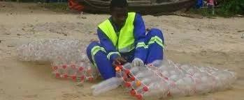 Ismael Essome le créateur des pirogues en bouteilles