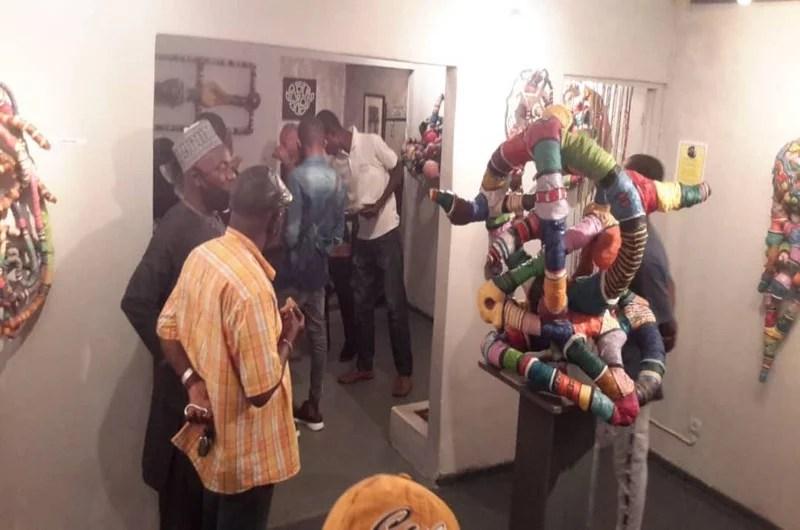 Les visiteurs à l'exposition de Serge Anoumou à la Galerie AF