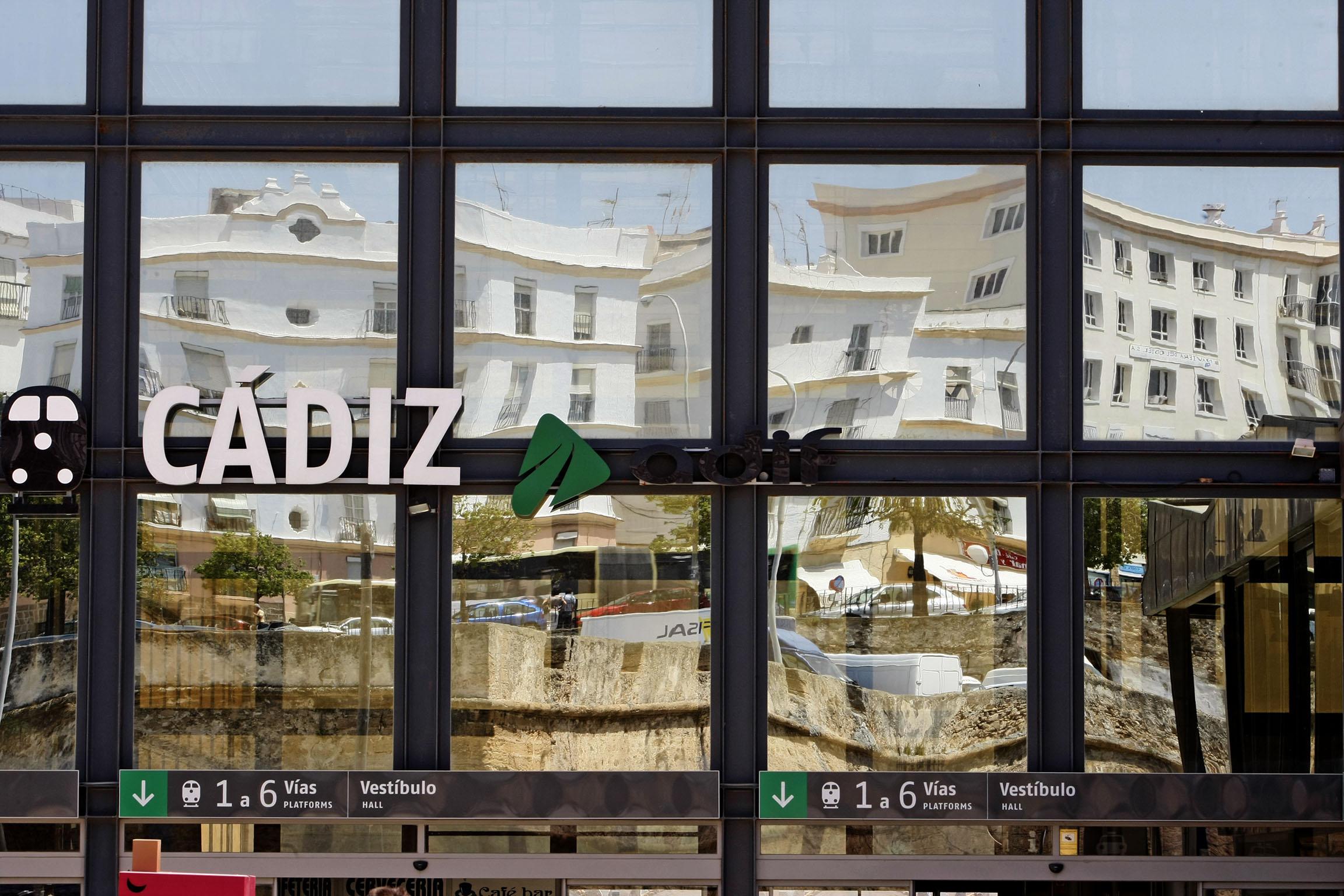 Un retraso de más de seis horas afecta a 589 pasajeros del tren Cádiz-Madrid