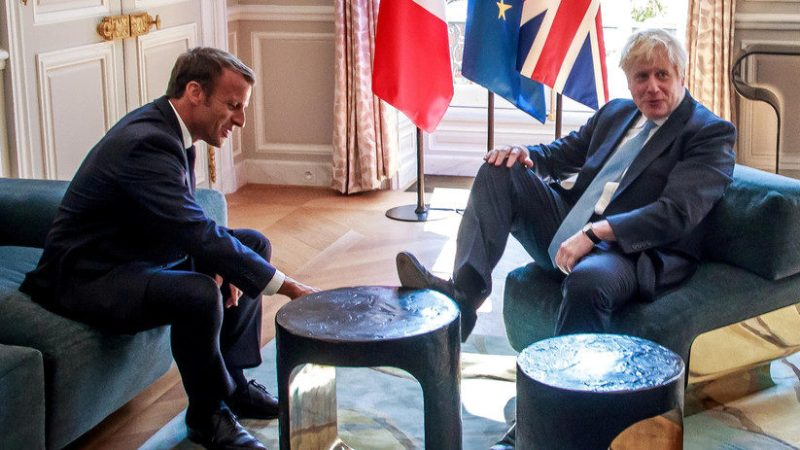 "Gesto ""grosero y vergonzoso"" de Boris Johnson en una reunión formal con Macron"