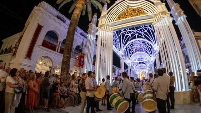 Almonte engalana e ilumina sus calles para la Venida de la Virgen del Rocio