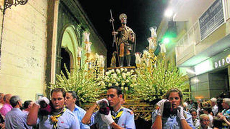 San Roque sale a la calle portado por los scouts