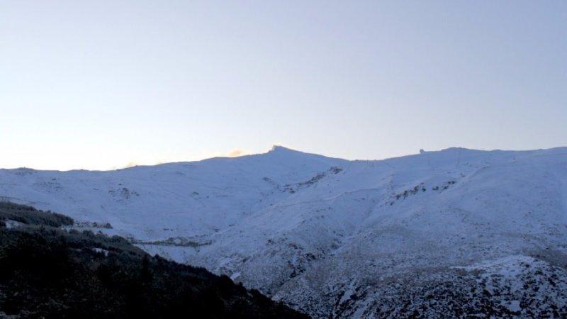 La nieve deja vehículos atrapados y cierra dos tramos de autovía en Granada