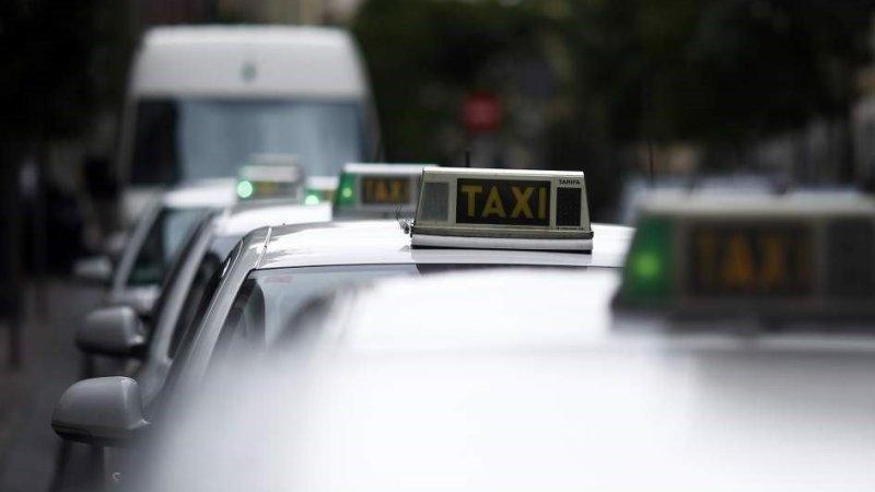 """Taxistas se concentran este viernes ante la Junta en las ocho capitales andaluzas para pedir la """"regulación"""" de los VTC"""