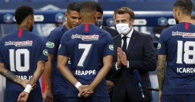 Finale coupe de France : Emmanuel Macron très familier avec Kylian Mbappé
