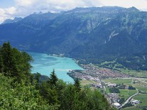 Interlaken sits between the Thunersee to the west ...