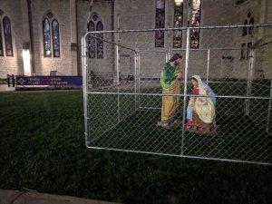 foto Catedral Cristo en Indianapolis, Indiana, detiene a la Santa Familia Migrante en una Jaula