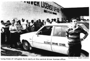 foto Long lines of refugees form early at the central driver license office