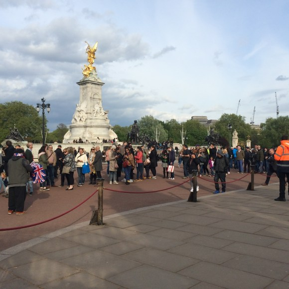 The line up outside Buckingham Palace to read -and photograph - the formal birth announcement. I joined the queue!