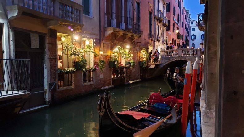 Gondola em Veneza ao crepúsculo