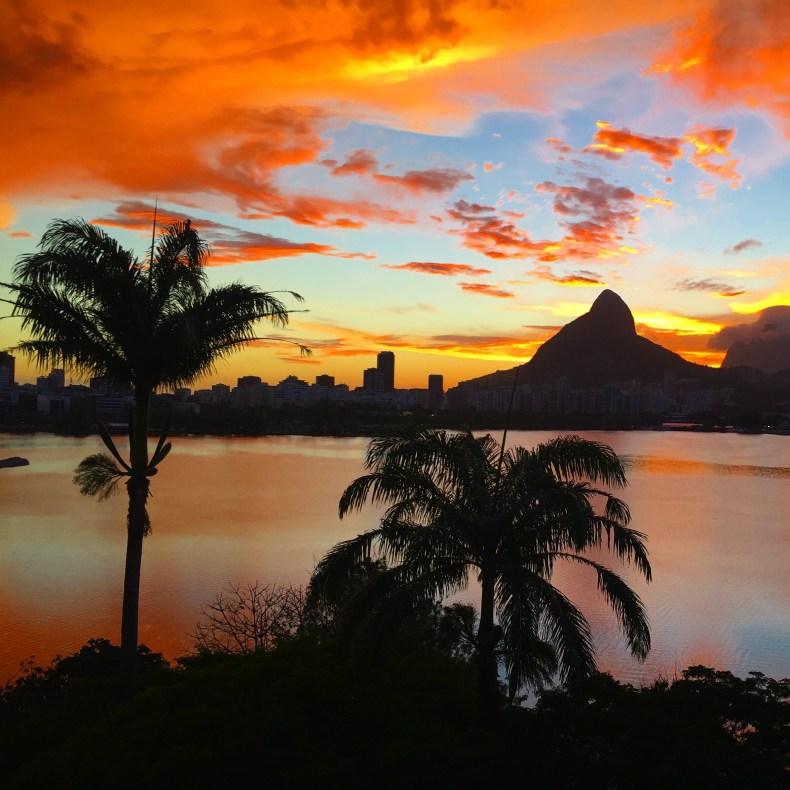 Pôr do sol dramático na lagoa Rodrigo de Freitas, Rio de Janeiro